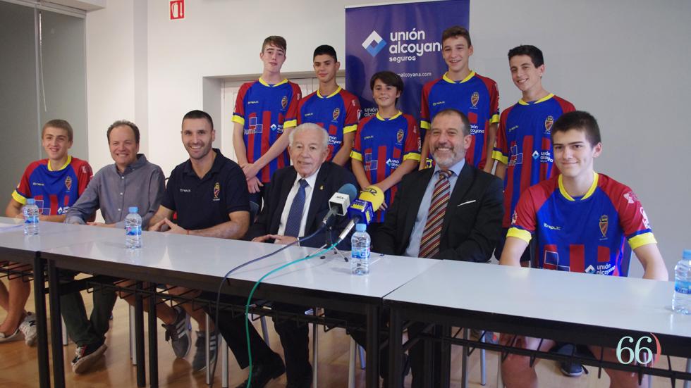 Jugadores, técnico y directivo con los representantes de Unión Alcoyana