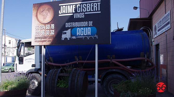 Las cubas de agua del distribuidor jaime gisbert llenan - Cubas de agua para llenar piscinas ...