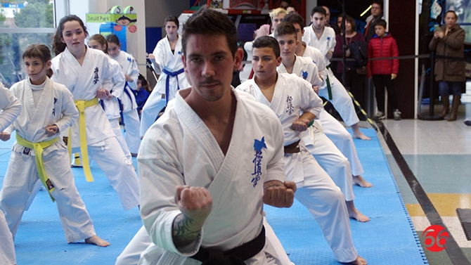 Alzamora exhibe el espect culo del karate pagina 66 for Paginas del espectaculo